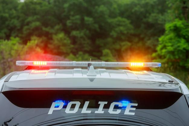 Opvlammende lichten van de politiewagen in de stad
