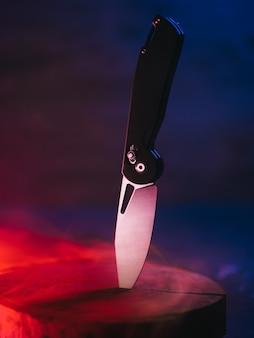 Opvouwbaar mooi mes, trendy kleuren neon rokerige achtergrond