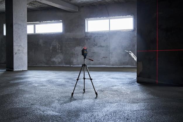 Opvullen van de vloer met beton, dekvloer en egaliseren van de vloer. gladde vloeren gemaakt van een mengsel van cement, industrieel beton