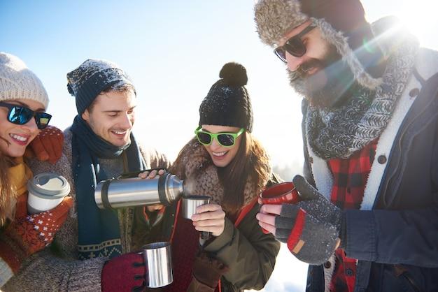 Opwarmen met thee op de thermoskan Gratis Foto