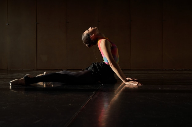 Opwarming en repetitie van een professionele balletdanser