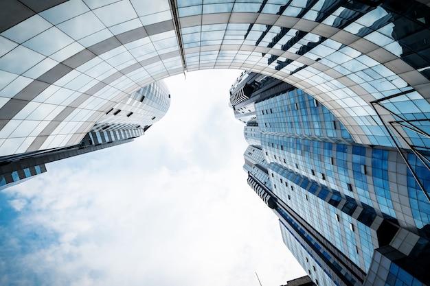 Opzoeken blauw modern kantoorgebouw