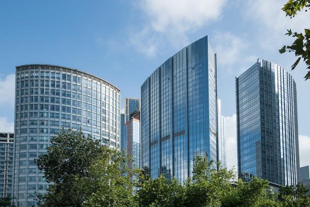 Opzoeken van blauwe moderne kantoorgebouw