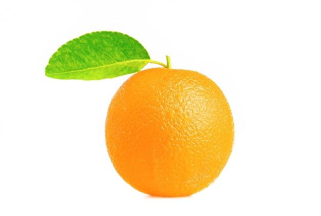 Orange.orange plakjes en bladeren geïsoleerd op een witte achtergrond. fruit