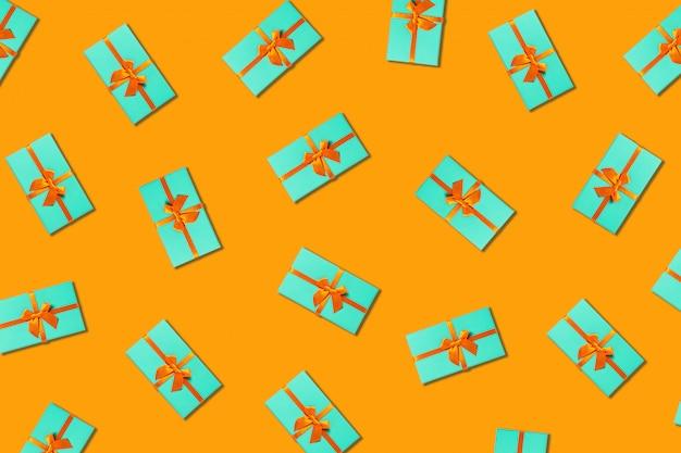 Oranje achtergrond met muntdozen.