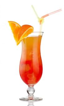 Oranje alcoholcocktail met geïsoleerde fruitplakken