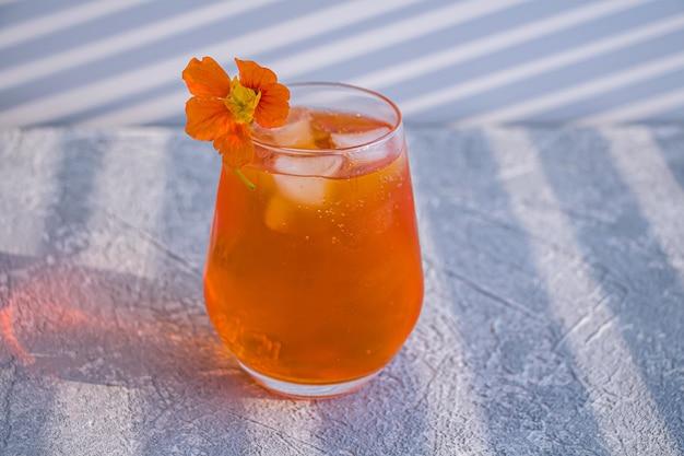 Oranje alcoholische cocktail met whisky, likeur en sinaasappelschil