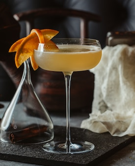 Oranje alcoholische drank met fruitplakken