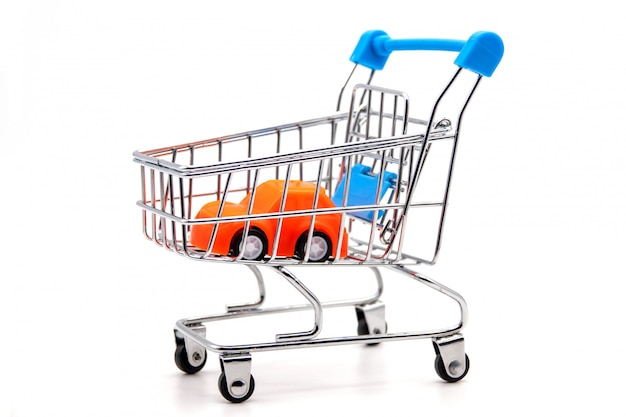Oranje auto in een klein winkelwagentje.