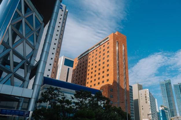 Oranje bakstenen gebouw in de vs