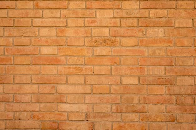 Oranje bakstenen muur