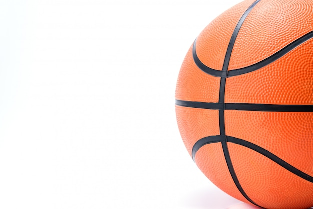 Oranje basketbal dat op witte achtergrond wordt geïsoleerd