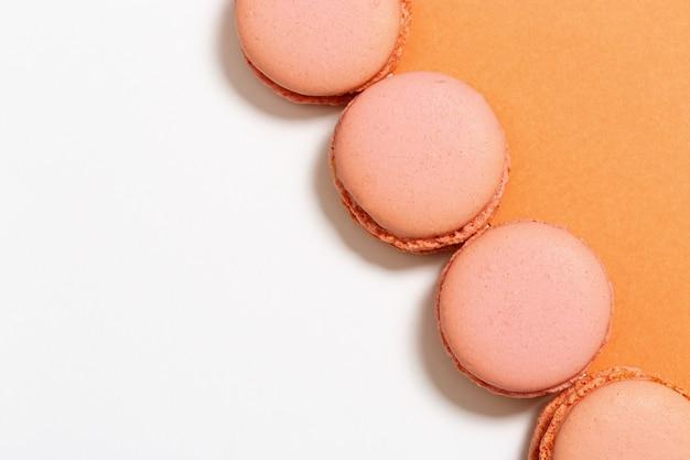 Oranje bitterkoekjes close-up. bovenaanzicht. ruimte kopiëren. pastelkleuren.