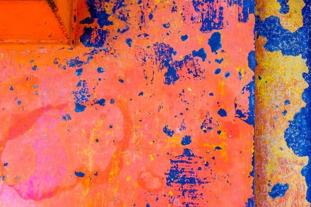 Oranje blauwe kleurenverfborstel op de staalplaat roestig en ruw voor achtergrond