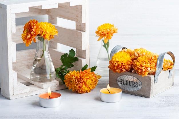 Oranje bloemen in glazen pot