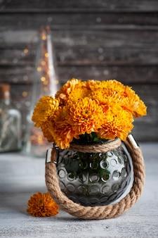 Oranje chrysant bloemen op rustieke achtergrond. wenskaart met kopie ruimte voor uw tekst