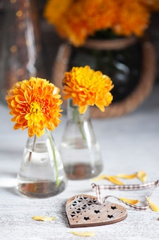 Oranje chrysant op rustieke tafel