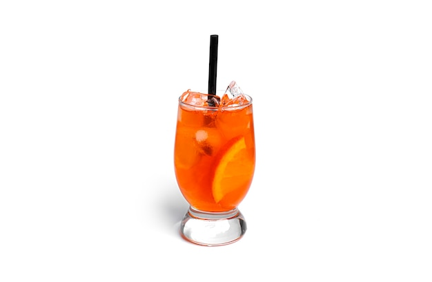 Oranje cocktail geïsoleerd op een witte achtergrond