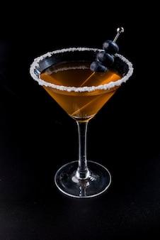 Oranje cocktail met zout en bosbessenbrochette