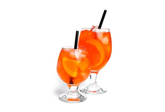Oranje cocktails geïsoleerd op een witte achtergrond