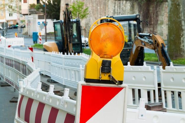 Oranje constructie barrièrelicht op barricade. wegenbouw in de straten van europese steden. duitsland. mainz.