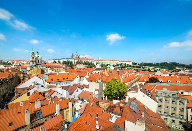 Oranje daken van praag, een luchtfoto