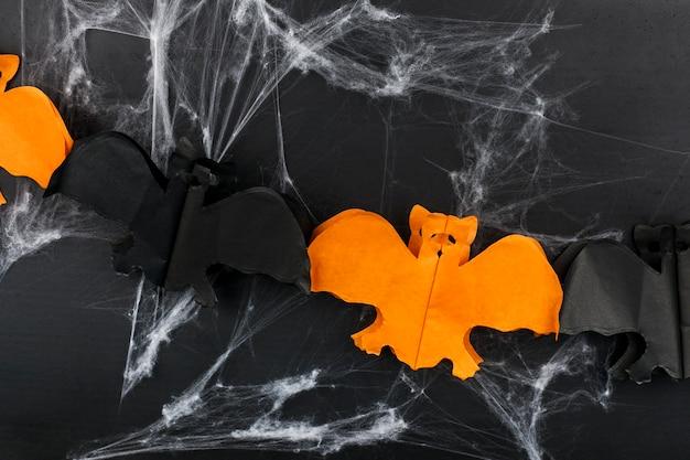 Oranje en zwarte papieren vleermuizen