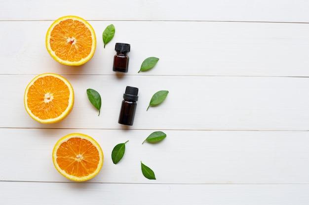 Oranje etherische olie met verse sinaasappel citrusvruchten