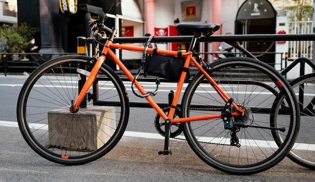 Oranje fiets buitenshuis