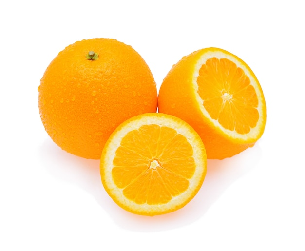 Oranje fruit met geïsoleerde druppels