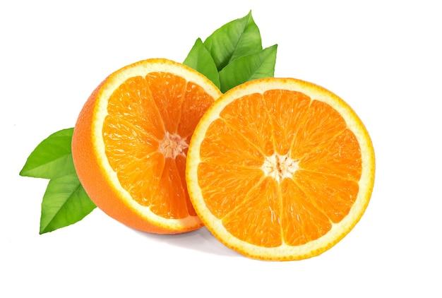 Oranje fruit met groene bladeren geïsoleerd op een witte achtergrond.