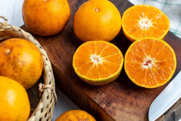 Oranje fruit op houten. mandarijn sinaasappels. mandarijn sinaasappelen. vang vieng sinaasappels. vers oranje fruit. gezond fruit.