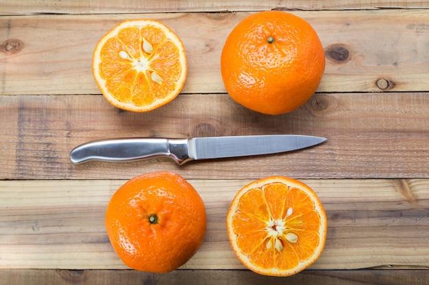 Oranje fruit op houten tafel met mes