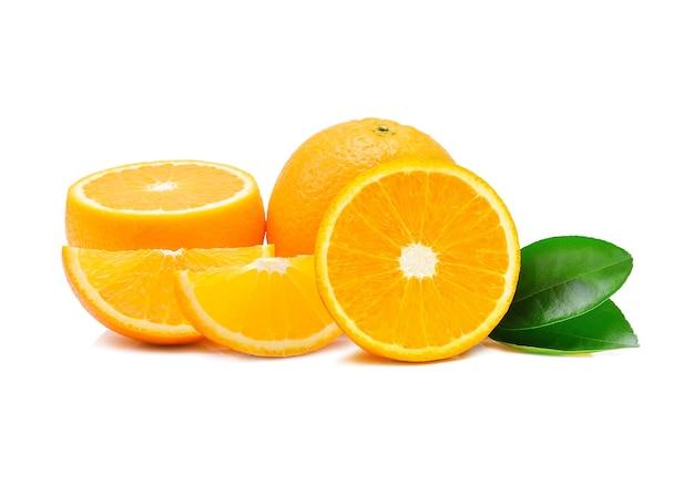 Oranje fruit op wit.
