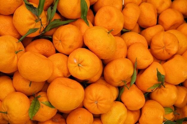 Oranje fruitvertoning bij landbouwersmarkt