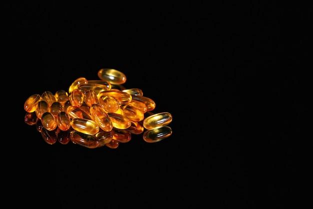 Oranje geneeskundecapsules op zwart