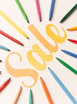 Oranje geschilderde belettering verkoop op witte achtergrond tussen markeringen