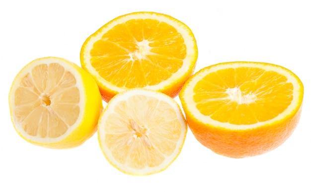 Oranje gesneden in de helft en een halve citroen