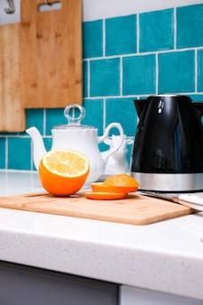 Oranje gesneden in een moderne keuken in scandinavische stijl