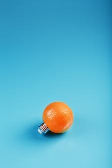 Oranje gloeilamp op een blauwe achtergrond.