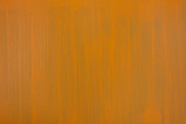 Oranje-groene verfstreken op een vlakke oppervlakteachtergrond. kopieer ruimte