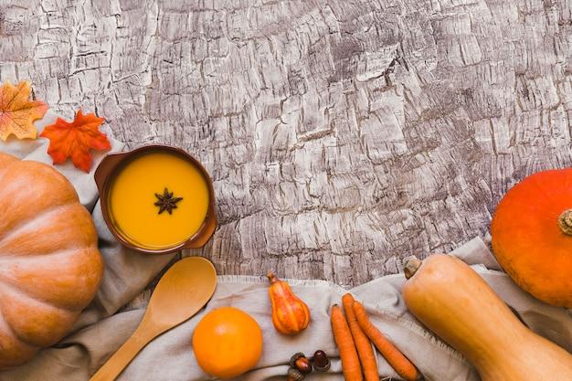 Oranje groenten en fruit in de buurt van soep