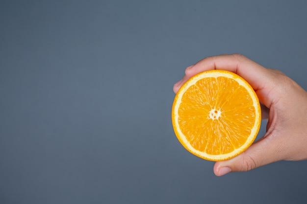 Oranje handgreep op grijze achtergrond.