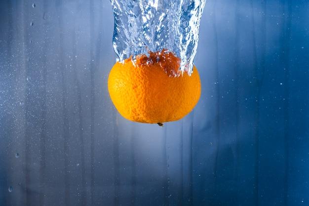 Oranje in het water gegooid