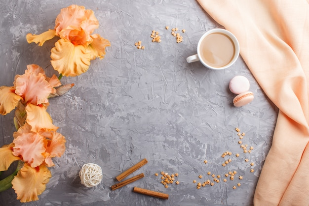 Oranje irisbloemen en een kopje koffie