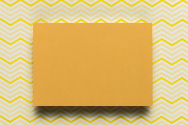 Oranje karton met patroonachtergrond