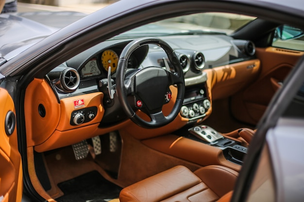 Oranje kleur interieur van een auto, bedieningspaneel en stoelen