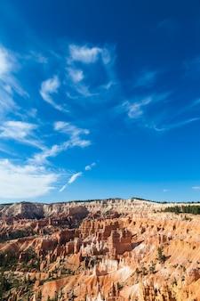 Oranje kleuren in dit iconische uitzicht op bryce canyon national park, vs