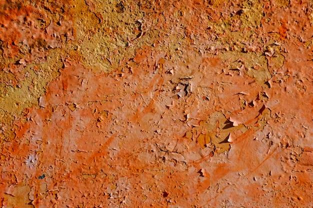 Oranje kleurenkwast op de staalplaat roestig en ruw voor achtergrond