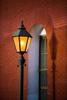 Oranje licht van een straatlantaarn.